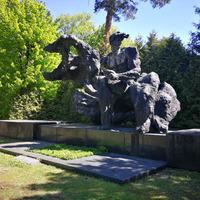 Viļa Lāča piemineklis Pirmajos Meža kapos