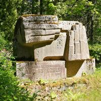 Folklorista un valodnieka Artura Ozola kapa piemineklis