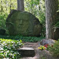 Aktiera Alfrēda Amtmaņa-Briedīša kapa piemineklis