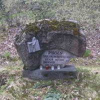Kapa piemineklis Imantam Pijolam un viņa vecākiem Matīsa kapos