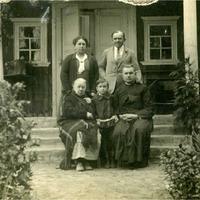 Odums Vyzuļs ar kādu poļu ģimeni Daugavpilī 20. gs. 30. gadi.