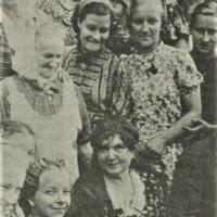 Aspazija skolotāju grupas vidū
