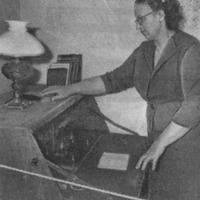 """""""Kalāču"""" muzeja vadītāja Biruta Leite pie E. Veidenbauma rakstāmās pults"""