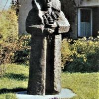 """Oļega Skaraiņa skulptūra """"Rozes mātei"""""""