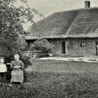 """R. Blaumaņa māte un brāļa Arvīda sieva ar bērniem """"Braku"""" pagalmā"""