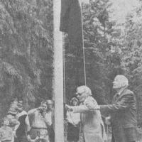 """Ēvalds Valters un Hugo Legzdiņš paceļ sarkanbaltsarkano karogu """"Saulrietos"""""""