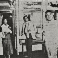 Jānis Peters un Čingizs Aitmatovs ar ģimeni Krišjāņa Barona muzejā
